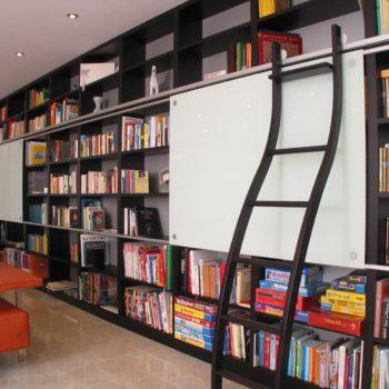 Bücherregal lackiert mit Schiebeelement und Leiter